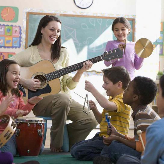 """""""Educar é mostrar a vida a quem ainda não a viu. O educador diz: """" Veja!"""" - e, ao falar, aponta. O aluno olha na direção apontada e vê o que nunca viu. O seu mundo expande. Ele fica mais rico interiormente. E, ficando mais rico interiormente, ele pode sentir mais alegria e dar mais alegria - que é a razão pela qual vivemos. Vivemos para ter alegria e para dar alegria. O milagre da educação acontece quando vemos um mundo que nunca se havia visto."""""""